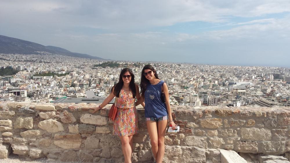 Eu e a Gaby com uma vista linda de Atenas ao fundo!