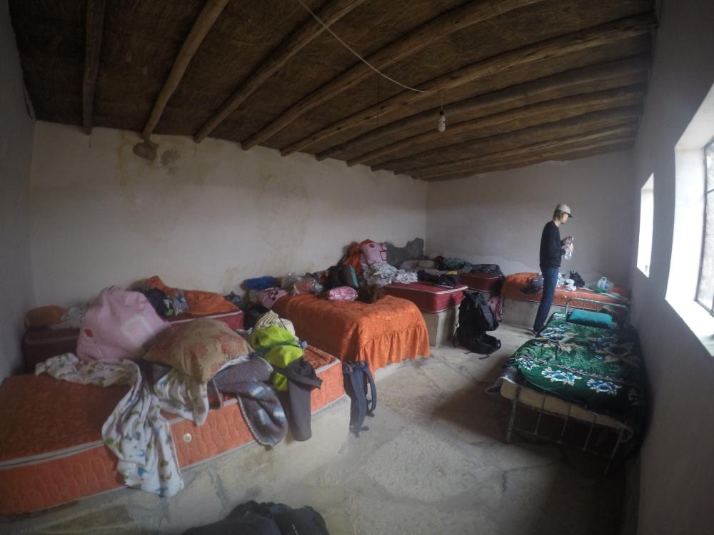 As 6 pessoas dormem juntas no quarto