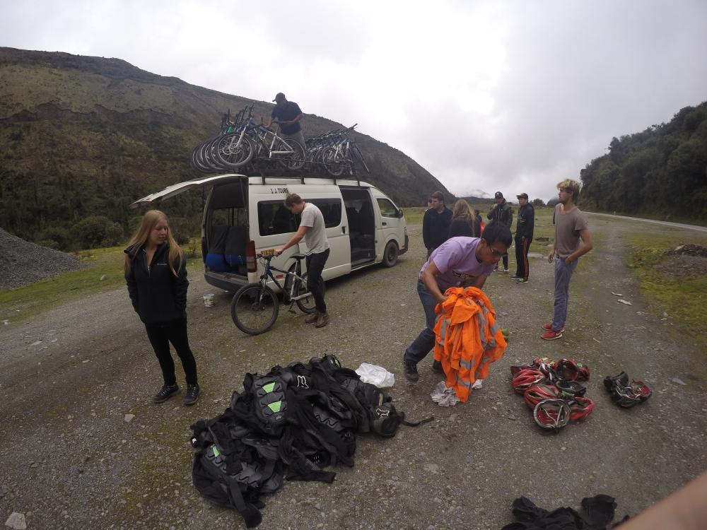 Nos preparando para descer a estrada de bike