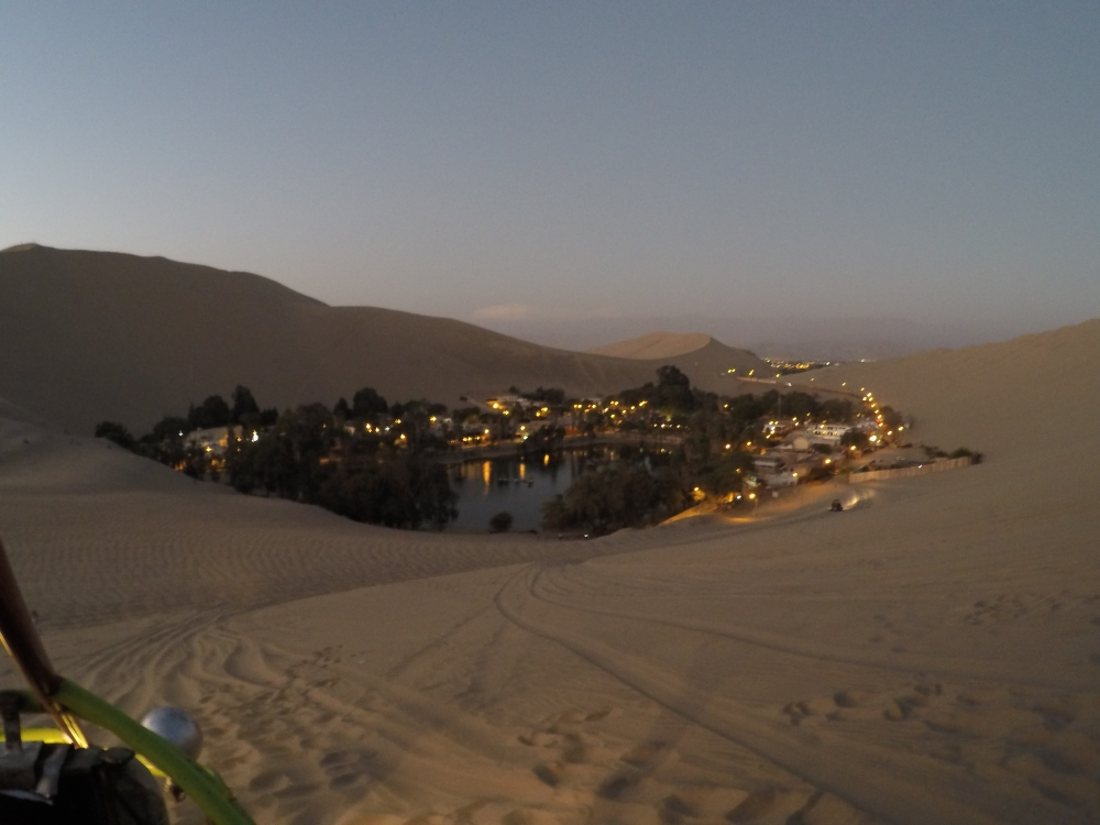 Vista do oasis de Huacachina ao entardecer
