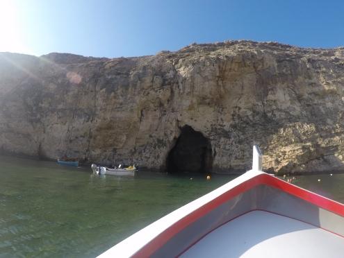 Entrando de barquinho em uma das cavernas